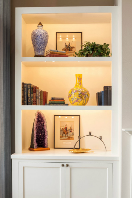living-room-shelf-with-accessories-crystals-vase
