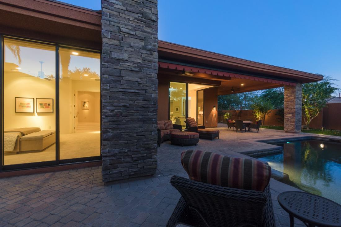 palm-springs-ca-house-patio-pool-at-night